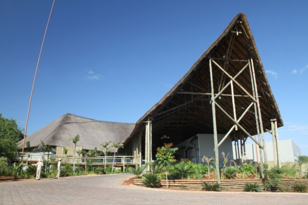 main_entrance_at_chobe_bush_lodge-800x533